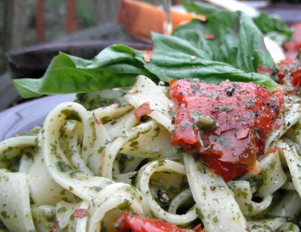 manini's gluten-fre pasta with pesto and sundried tomatoes